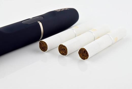 Дым от обычных сигарет и пар от девайса